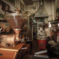 Prodejna kávy v Beratu - kouzelně to tam vonělo i vypadalo.