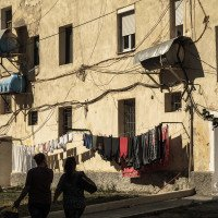 Bajram Curri městečko u hranic s Kosovem. Pozůstatek okázalé komunistické architekury kontrastoval s bytovkami hned za náměstím.