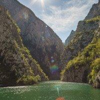 Plavba trajektem po jezeru Komani