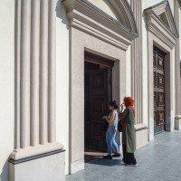 Před vchodem do kostela. V Albánii se Muslimové a Křesťané navzájem tolerují