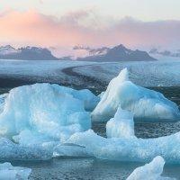 Kry se odlamují z ledovce a plují lagunou