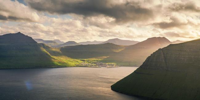 Výhled na Leirvík. Je pěkně vidět, jak jsou jednotlivé ostrovy naskládané za sebou.