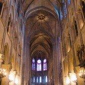 Ohromný prostor uvnitř Notre-Dame.