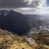 Na vrcholu Fjellhytten. Výhled na Bergen a horu Ulriken