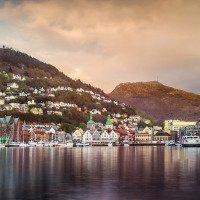 Výhled na historické centrum Bergenu. Nad ním hory Fløyen a Ulriken.
