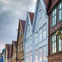 Bryggenské domky odrážejí poslední sluneční paprsky