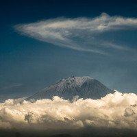 Vulkán Agung vykukuje z mraků