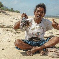 Wayan prodává náramky a bydlí na pláži v příbytku pod palmami. Působil spokojeně