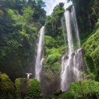 Vodopád Sekumpul - dá se pod ním i koupat