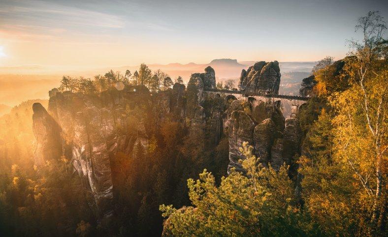 Skalní most Bastei je pěkně zasazený v krajině