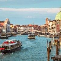 Při západu slunce se Benátky konečně trochu vylidnily a bylo radost se po nich procházet