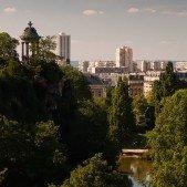 Park Buttes-Chaumont s pěkným výhledem na Paříz