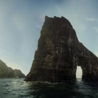 Plavba z Mykinesu zpět kolem skály Drangarnir a ostrůvku Tindhólmur.