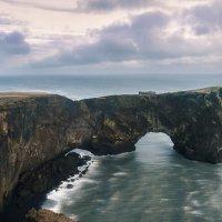 Dyrhólaey - skalní brána. Papuchalkové už odletěli.