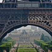 Eiffelovka, za ní je Parc du Champs