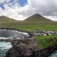 Gjogv - pěkná vesnička s krásně tvarovaným pobřežím