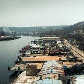 Výhled na Holešovický přístav ze zchátralé výletní lodě