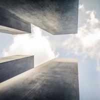 Památník holokaustu tvoří betonové bloky různé výšky