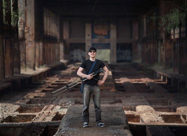 Industriální portrét nad rudnými zásobníky