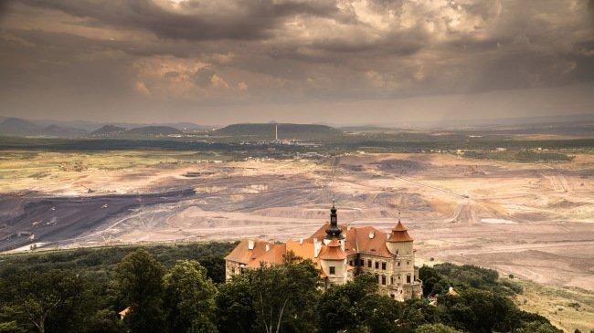 Zámek Jezeří stojí na hraně lomu ČSA, v pozadí České středohoří