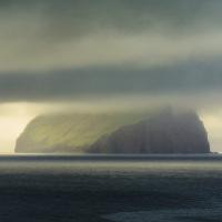 V dálce se rýsuje ostrov Koltur