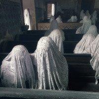 Sochy duchů jsou z tkaniny pokryté sádrou