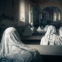 Výhled na zbytky oltáře ze zadních lavic