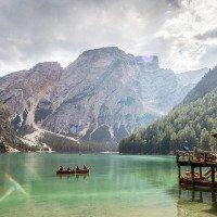 Dolomity - Lago Di Braies s křišťálově čistou vodou