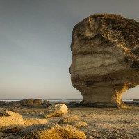 Batu Payung - deštníkový kámen nasvícený zapadajícím sluncem