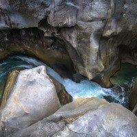 Kaňon Mangku Sakti s průzračnou vodou
