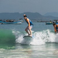 Surfování na Lomboku - super zážitek. Na takto malých vlnách blízko pláže je to vcelku jednoduché. Druhá lekce byla o dost drsnější.
