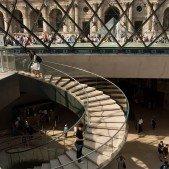 Uvnitř pyramidy v Louvre