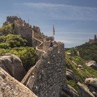 Sintra - Maurský hrad, v pozadí Palác de Pena
