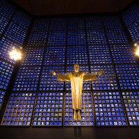 Nová přístavba Pamětního kostela císaře Viléma - vitráž je z původního zničeného kostela