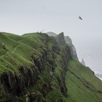 Procházka po útesech na Mykinesu, je to ráj pro pozorovatele ptáků