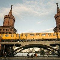 Nadzemka jedoucí po Oberbaumbrücke