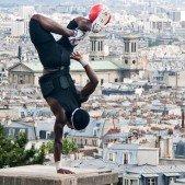 Reklama na Nike, v pozadí Montmartre