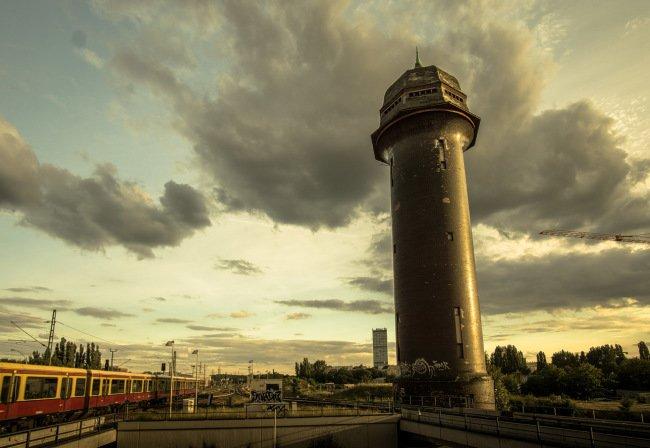 Zapadající slunce vykouzlí působivou atmosféru. Ostkreuz, Berlín