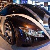 Showroom Peguotu. Auto na snímku se dalo koupit jako model, rozhodně lepší suvenýr než Eiffelovka