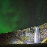 Seljalandsfoss je v noci pěkně nasvícený