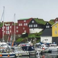 Tórshavn - ty červené domky vlevo jsou vládní čtvrt