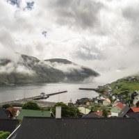 Výhled z hostelu ve Vestmanně, mraky jsou opět proklatě nízko.